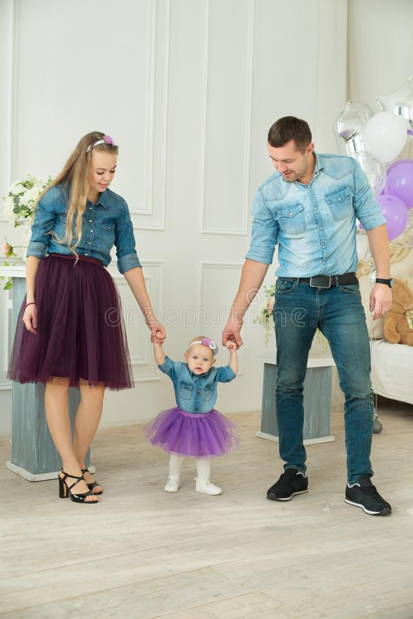 Красивая современная семья на празднике стоковая фотография