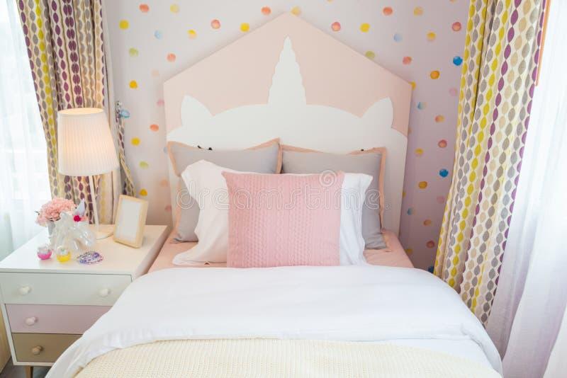 Красивая спальня дочери с розовой подушкой и розовым острословием кровати стоковая фотография