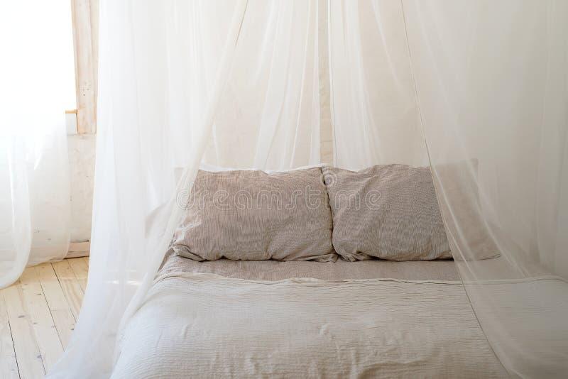 Красивая спальня с деревянной кроватью 4 плакатов стоковое фото