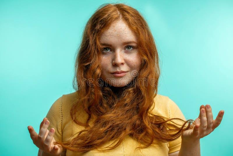 Красивая спокойная женщина redhead держа руки в жесте mudra стоковое изображение rf