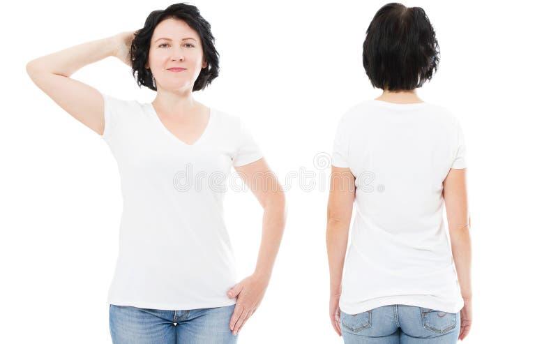 Красивая средняя достигшая возраста женщина в пустой футболке изолированной на бело- насмешке футболки вверх, девушке в белом фро стоковое изображение rf