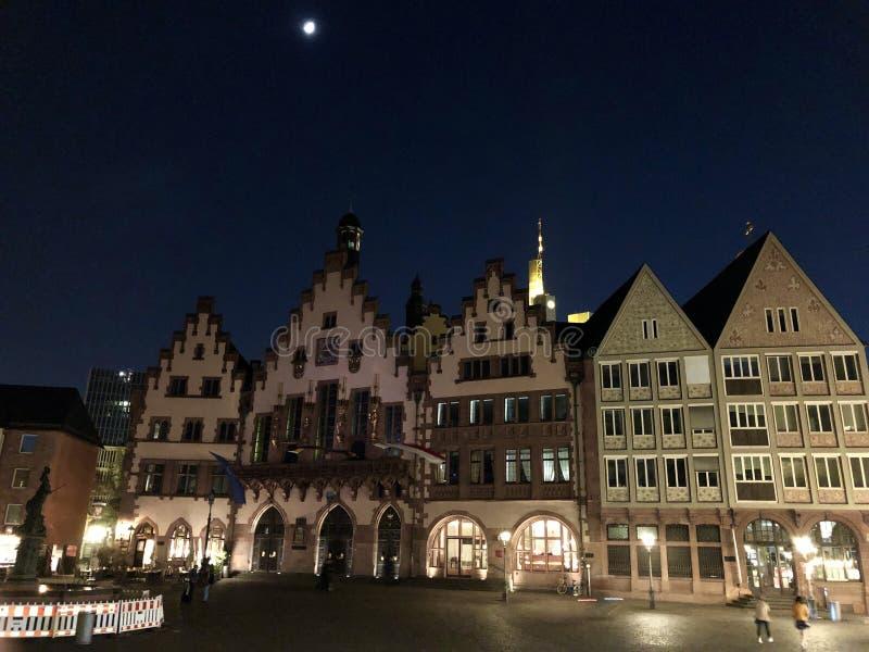 Красивая старая городская площадь во Франкфурте вечером стоковые изображения
