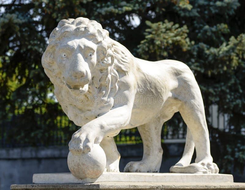 Красивая старая мраморная статуя льва около дворца Vorontsov в культурном сердце Одессы стоковые фотографии rf