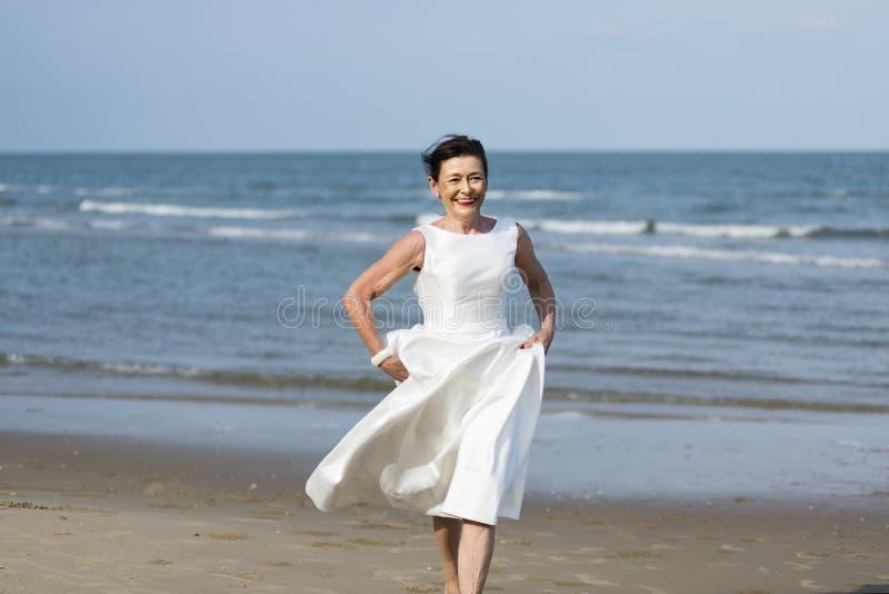 Красивая старшая невеста морем стоковое изображение