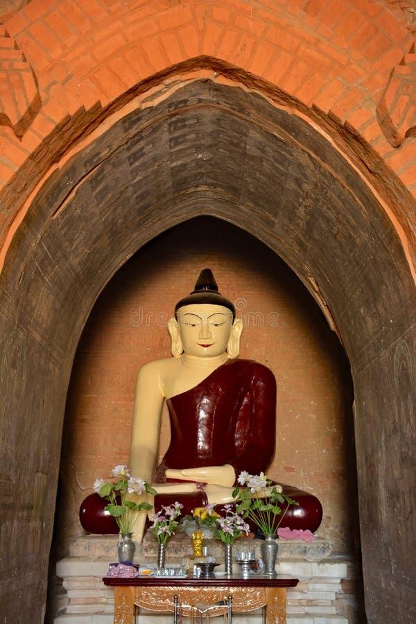 Красивая статуя Будды внутри старого paya в Bagan, Мьянме стоковое фото rf