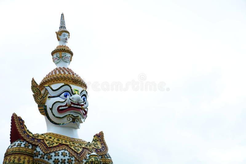 Красивая статуя гиганта на Wat Arun Бангкок Таиланд стоковое фото