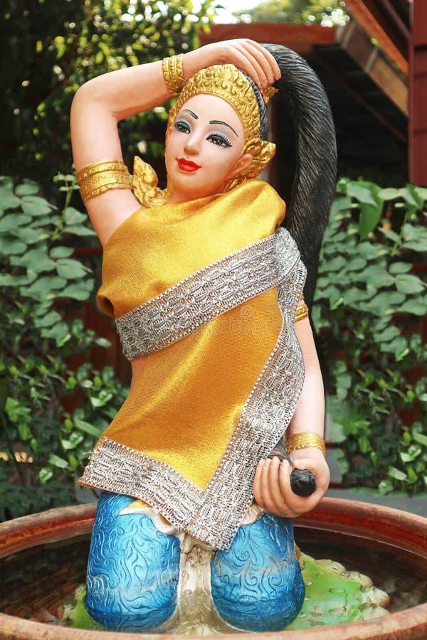 Красивая статуя женщины в виске стоковые изображения