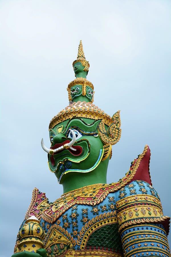 Красивая статуя зеленого гиганта на Wat Arun Бангкок Таиланд стоковые фото