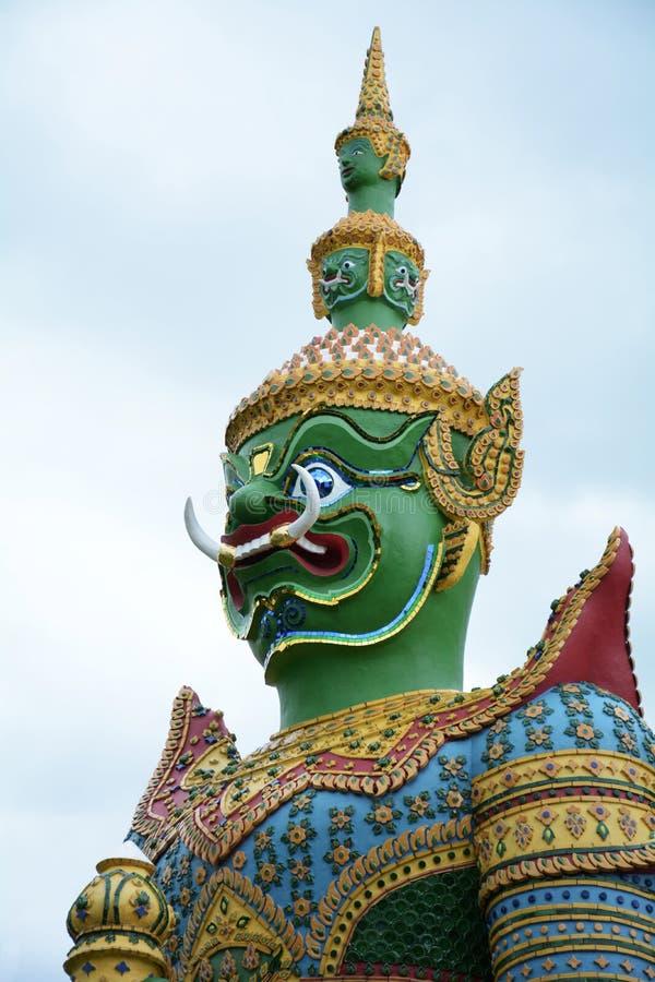 Красивая статуя зеленого гиганта на Wat Arun Бангкок Таиланд стоковое фото