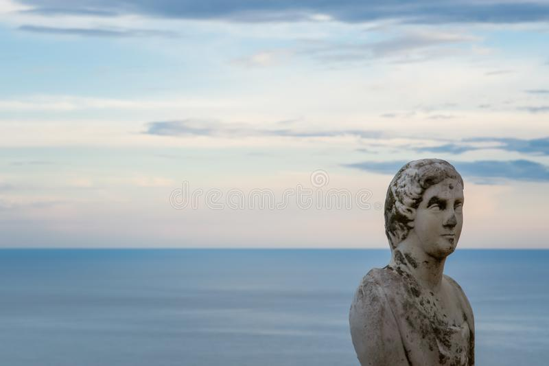 """Красивая статуя от бельведера, infinito так называемого Dell Terrazza """", терраса безграничности увиденная на заходе солнца, вилле стоковое изображение rf"""