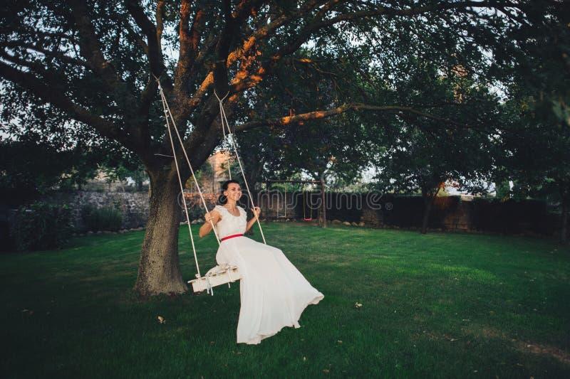 Красивая стильная итальянская невеста брюнет на предпосылке длиной стоковое изображение rf