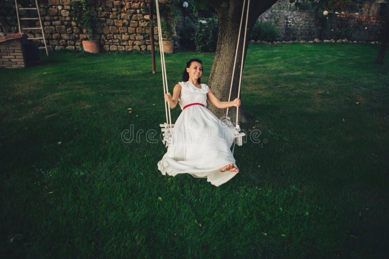 Красивая стильная итальянская невеста брюнет на предпосылке длиной стоковые изображения rf