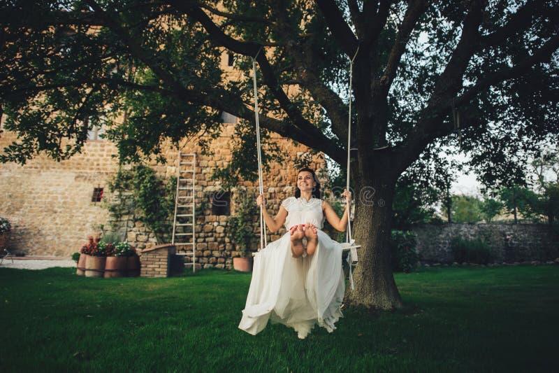 Красивая стильная итальянская невеста брюнет на предпосылке длиной стоковые фотографии rf