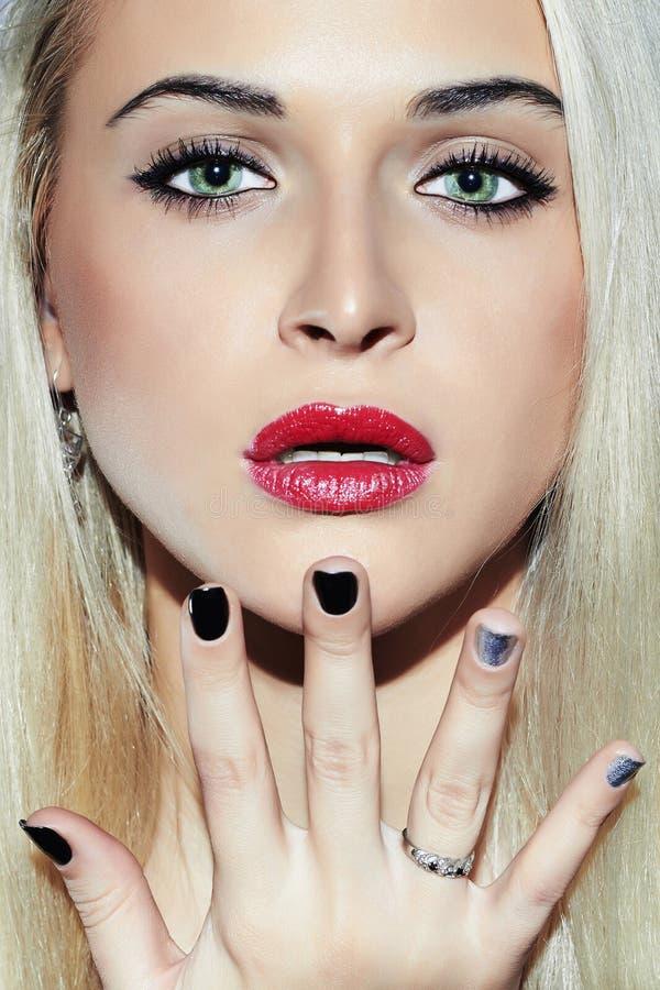 Красивая сторона белокурой женщины с маникюром Нежная девушка красоты Дизайн ногтя стоковая фотография rf