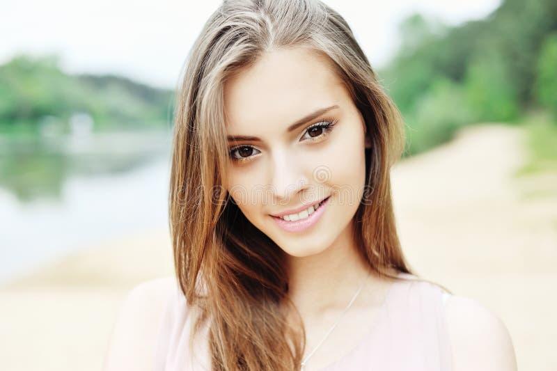 Красивая сторона девушки - близкое поднимающее вверх стоковое фото