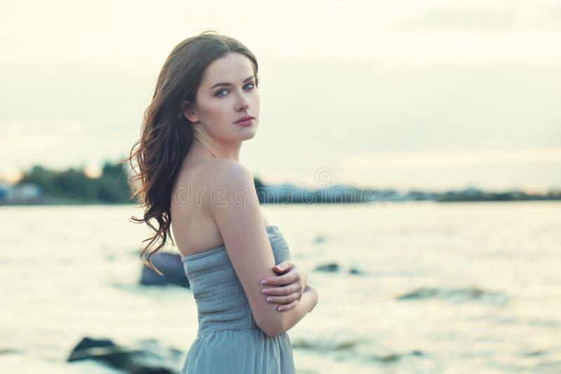 Красивая сторона женщины брюнета outdoors стоковые изображения rf