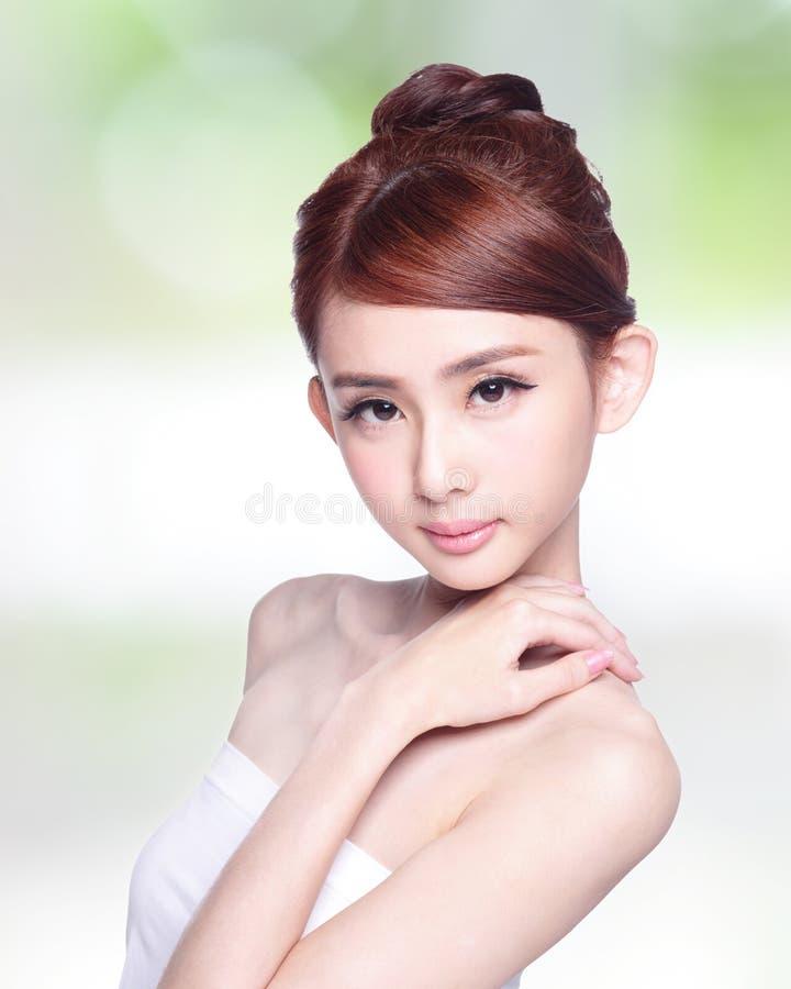 Красивая сторона женщины заботы кожи стоковое изображение