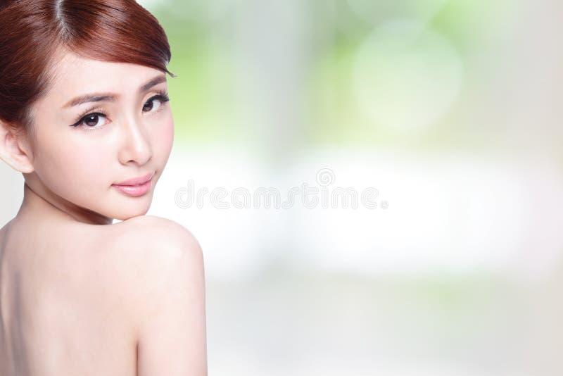Красивая сторона женщины заботы кожи стоковые фото