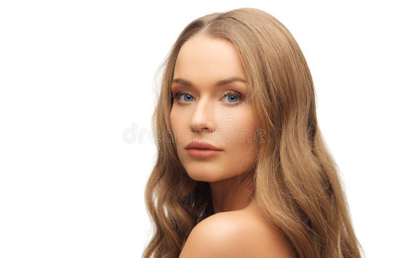 Красивая сторона женщины с длинными светлыми волосами стоковые фотографии rf