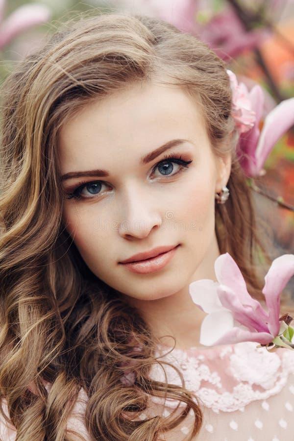 Красивая сторона женщины с розовыми цветками стоковые фотографии rf