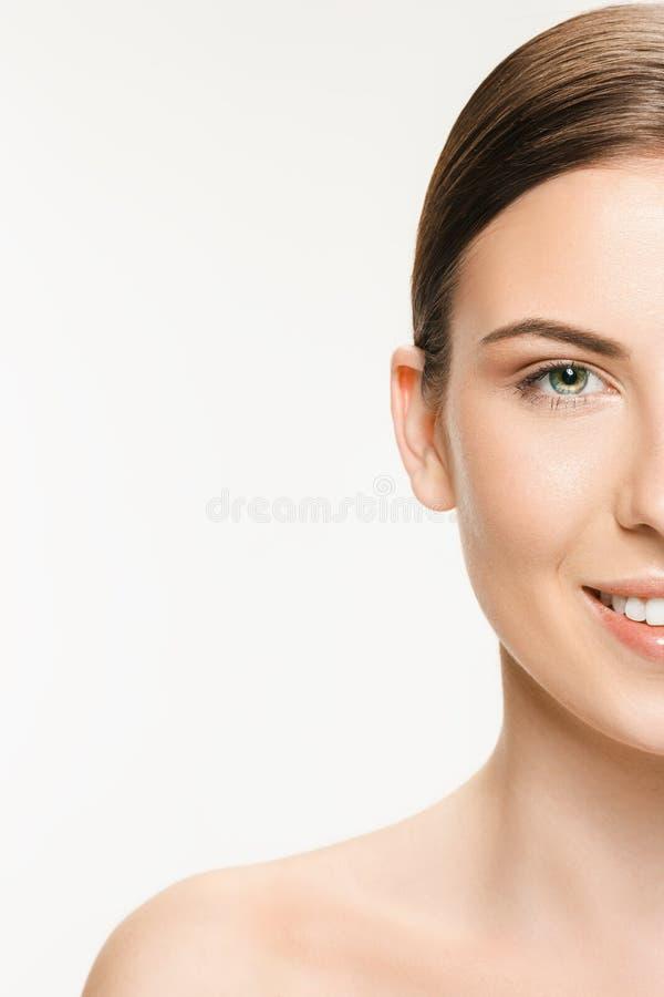 Красивая сторона молодой взрослой женщины при чистая свежая кожа изолированная на белизне стоковая фотография rf