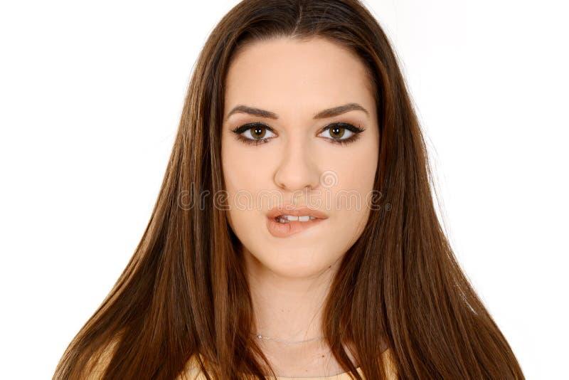 Красивая сторона молодой женщины с чистой свежей кожей, длинными волосами сдерживать ее губу стоковая фотография rf
