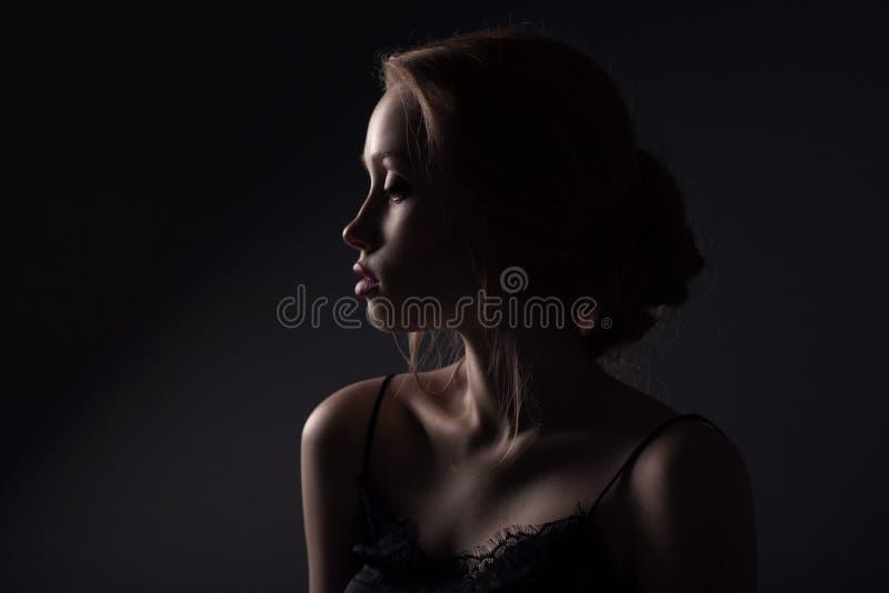 Красивая сторона молодой взрослой женщины стоковые фотографии rf
