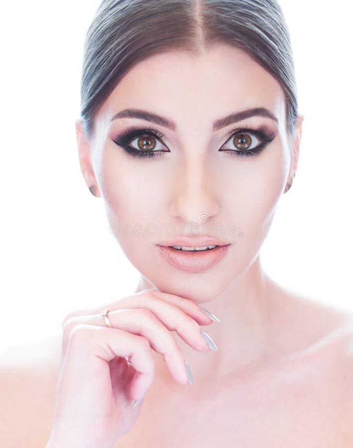 Красивая сторона молодой женщины с чистым свежим концом кожи вверх на белизне стоковое изображение rf