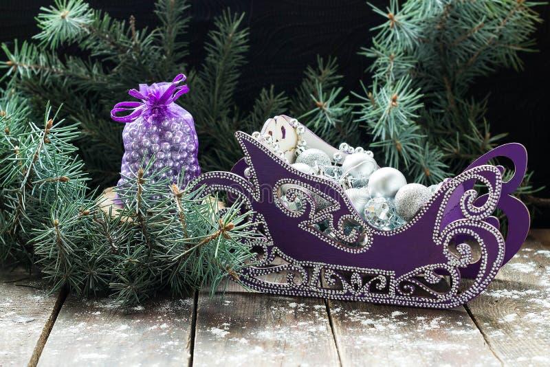 Красивая сумка и скелетон с шариками рождества в ели разветвляют стоковые изображения