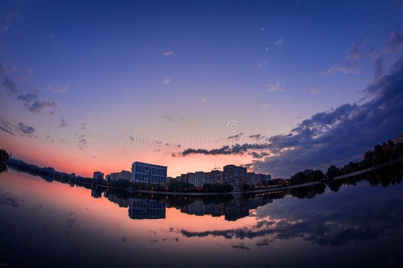 Красивая сцена городского пейзажа восхода солнца на озере с reflecti зеркала стоковые фотографии rf