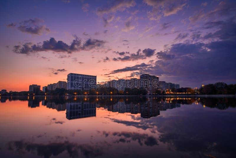 Красивая сцена городского пейзажа восхода солнца на озере с reflecti зеркала стоковые изображения rf