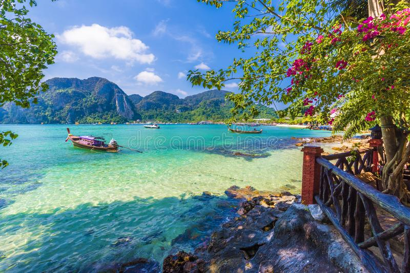 Красивая сцена лета с горами и морской водой бирюзы в деревне залива Sai тонны, регионе Phi Phi, Таиланда стоковые фото