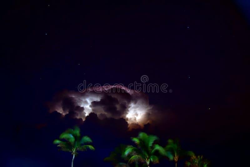 Красивая сцена ночи по мере того как молния крадет шоу над бечевником стоковое изображение