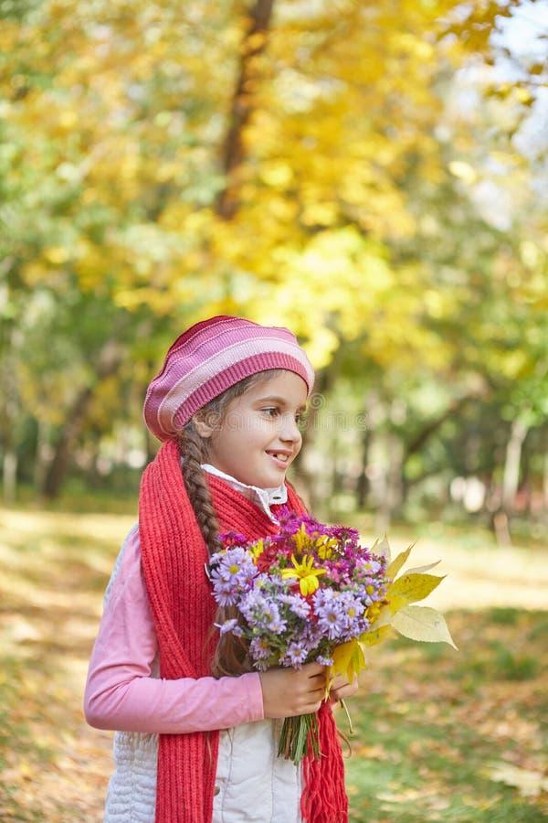 Красивая счастливая девушка в парке осени стоковые фотографии rf