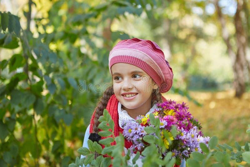 Красивая счастливая девушка в парке осени стоковое фото