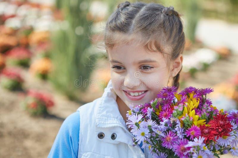 Красивая счастливая девушка в парке осени стоковое фото rf
