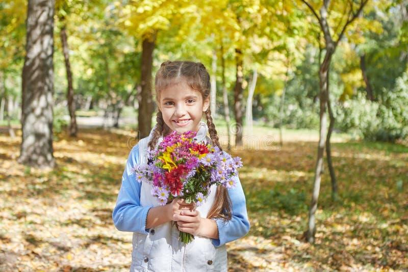 Красивая счастливая девушка в парке осени стоковые изображения
