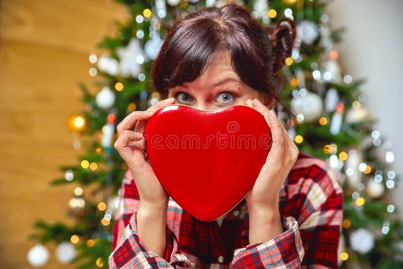 Красивая счастливая девушка держит подарочную коробку рождества стоковое изображение