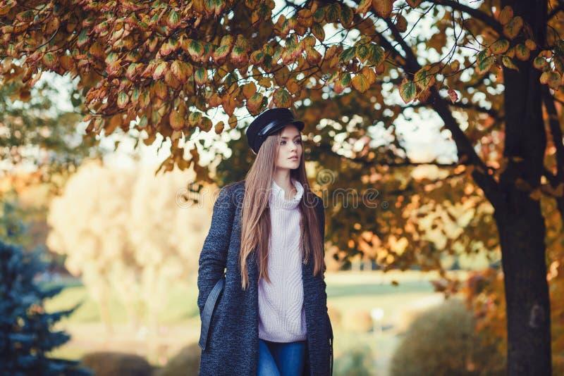 Красивая счастливая девушка с длинными волосами стоковое фото rf