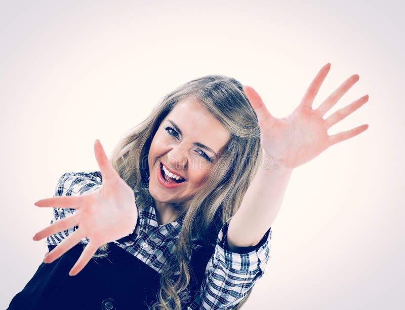 Красивая счастливая девушка с открытыми ладонями представляя на камере стоковое фото
