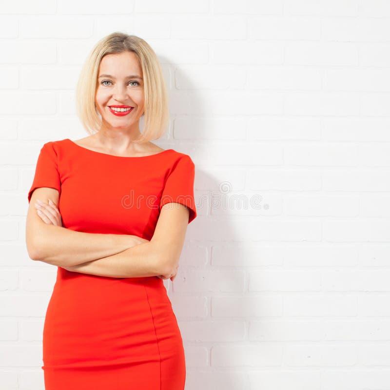 Красивая счастливая женщина в красном платье стоковая фотография rf