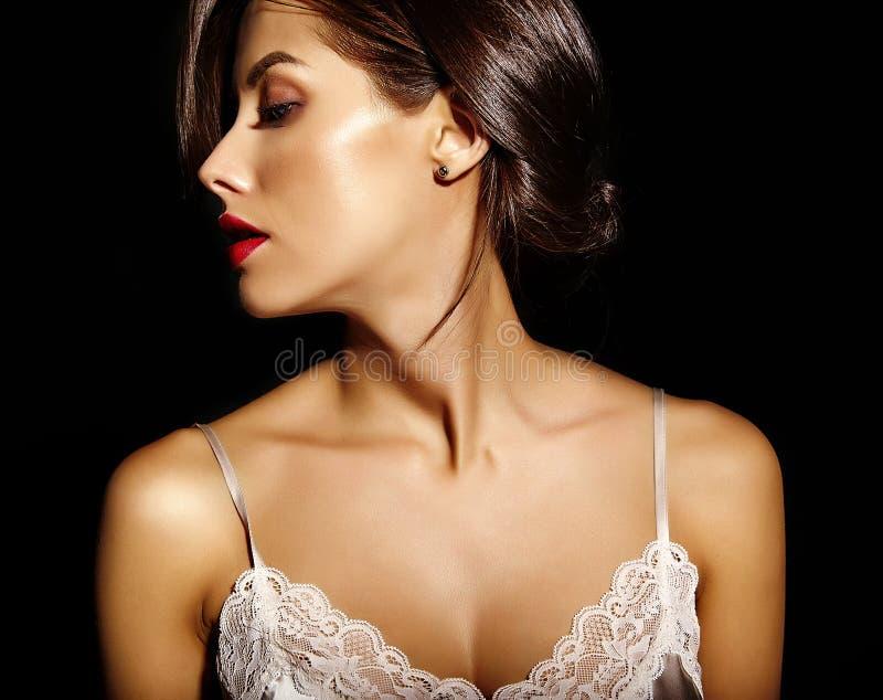 Красивая счастливая милая сексуальная женщина брюнет с красными губами в женское бельё пижам стоковое фото rf