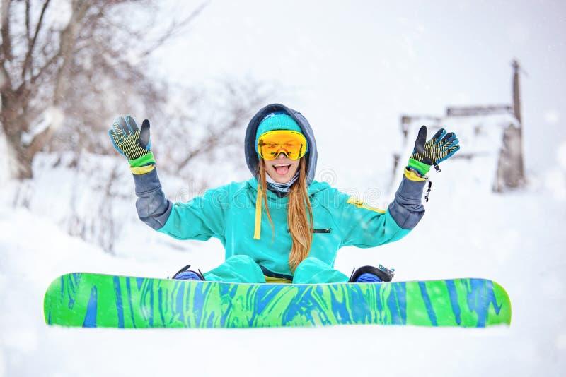 Красивая счастливая молодая девушка snowboarder с сноубордом стоковые фотографии rf