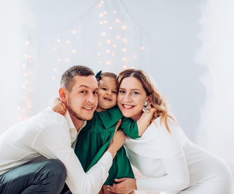 Красивая счастливая молодая семья с их дочерью стоковое изображение rf