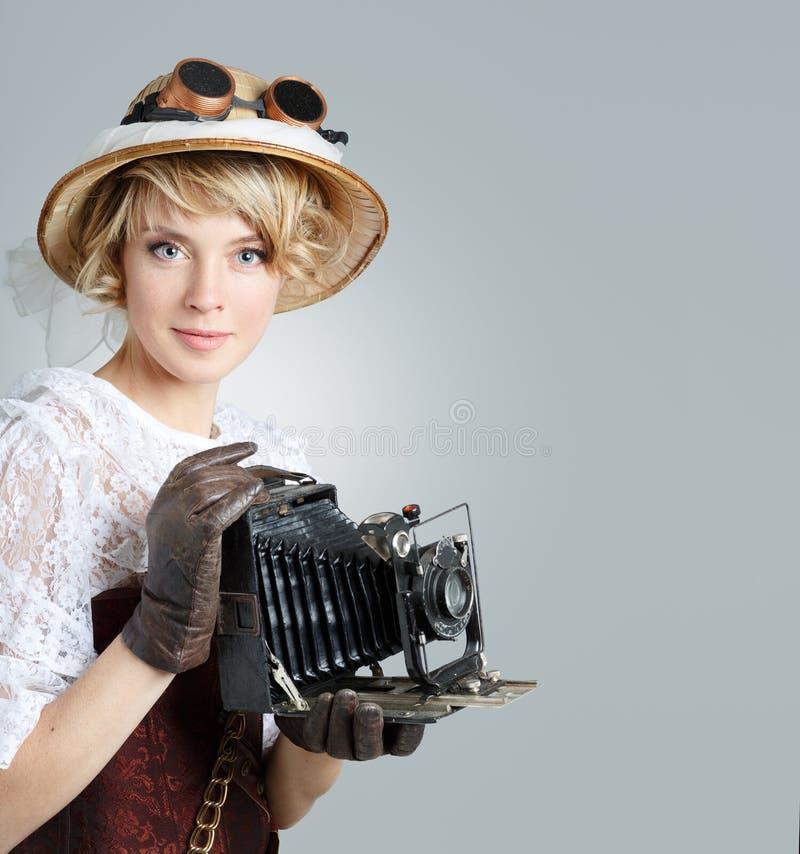 Красивая счастливая женщина с ретро камерой стоковое изображение rf