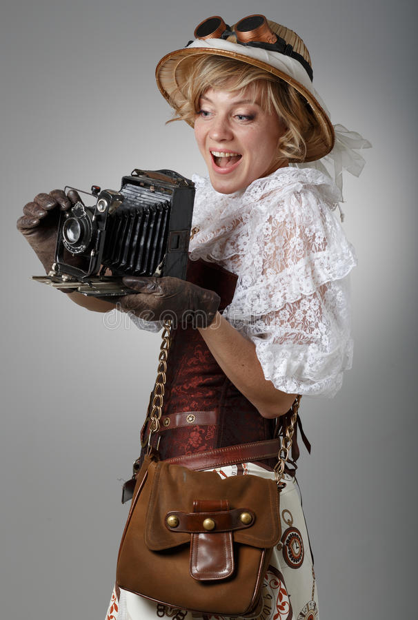 Красивая счастливая женщина с ретро камерой стоковые изображения