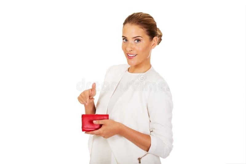 Красивая счастливая коммерсантка держа красный бумажник стоковые изображения rf