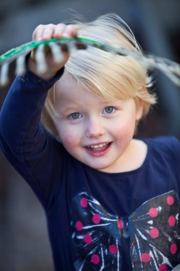 Красивая счастливая маленькая девочка с голубыми глазами стоковое фото rf
