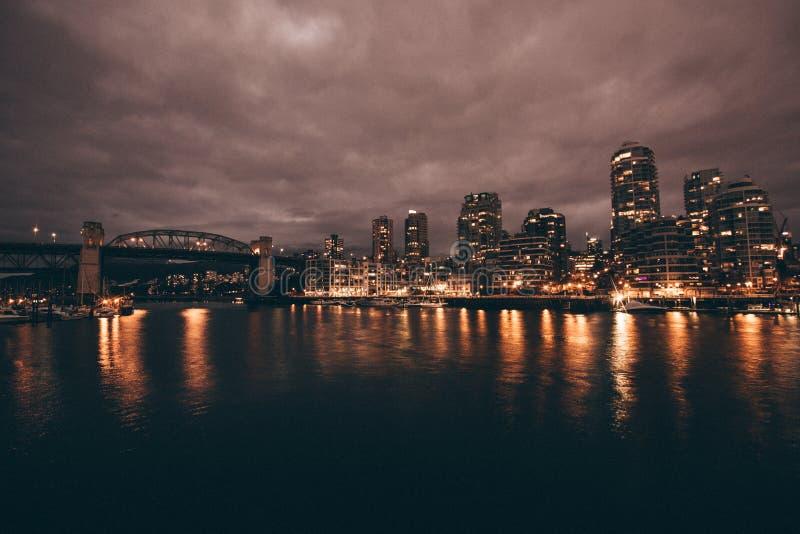 Красивая съемка города и реки вечером стоковое фото rf