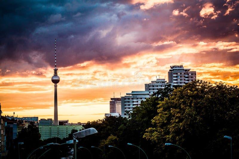 Красивая съемка прибрежного города с изумляя небом стоковая фотография rf